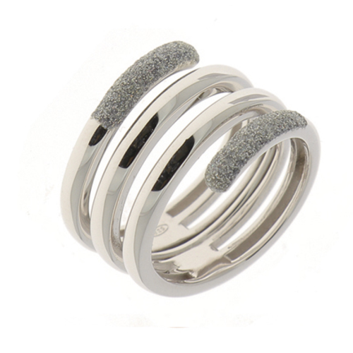 Closeup photo of Polvere Incontri Large Snake Ring Rhodium Light Gray Polvere