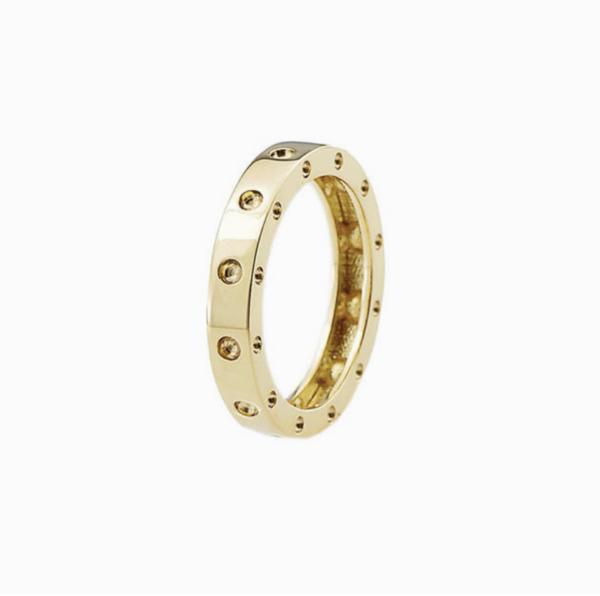 Closeup photo of Pois Moi band Gold Ring