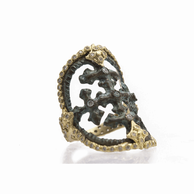 Sueno YG round cut-out artifact ring with white diamonds.