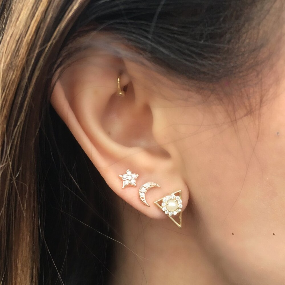 Triangle Round Studs in Pearl